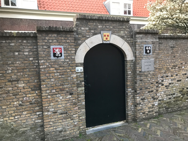 Another entrance to an courtyard - This is the hofje van Almonde.