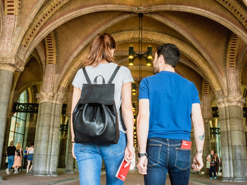 Couple exploring Amsterdam with I amsterdam City Card